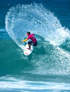 Tyler Wright throwing tons of spray. #CascaisWomensPro
