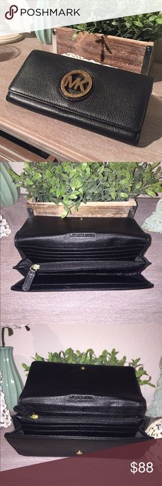 Michael Kors Fulton Wallet Michael Kors Logo Wallet. Front flap opes to three pocket interior. Interior zip pocket separating two interior slit pockets with additional card slit pockets. Exterior Slit pocket in back.                                                           Color: Black with gold Logo Michael Kors Bags Wallets