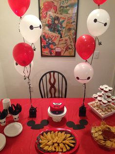 Big Hero 6 table decor was super easy. Use a black permanent marker to draw Baymax eyes on white cups and white balloons.