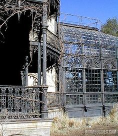 Decrepit conservatory. Oooo, if someone gave this to me I would make it beautiful again in no time