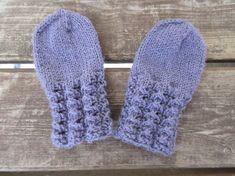 Jatkoa aikaisemmin neulomaani vauvan settiin: pitsiset sukat ja lapaset. Vauvan setissä oli ohje myös sukille, mutta ne olivat mallia perus...