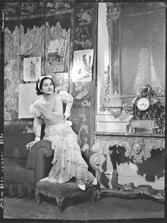 François Kollar- Chanel dans une robe à volants, Ritz, 1937
