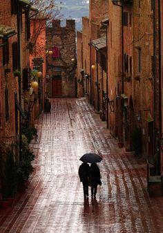 In Certaldo, Tuscany, Italy. Caminando bajo la lluvia by lo.tangelini, via Flickr