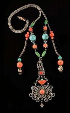 Grand collier composé de perles de turquoise et de corail, avec un grand