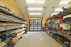 Workshop / Garage with glass overhead doors :: pic 2 of 2