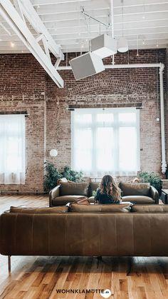 Ein Loft einrichten geht gar nicht so einfach! Wohnbereich, Bett, Küche und Schreibtisch in einem Raum? Wir zeigen Dir, wie Du mit verblüffenden Tricks und cleveren Ideen Deine Einzimmerwohnung in ein kreatives und funktionales Loft mit Flair verwandelst. Loft Style Homes, Style Loft, New York Loft, Loft Interior Design, Loft Design, Bohemian Interior, Salon Boho Chic, Loft Stil, Urban Decor