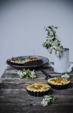 Mini quiche con feta, asparagi e pomodorini
