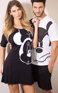 Os personagens icônicos enfeitam as peças para desfilar na intimidade. Camisola de Modal 100%, totalmente natural, suave, macio e ótimo caimento. Big Men Fashion, Fashion Outfits, Couple Pajamas, Cute Pajama Sets, Matching Couple Outfits, Night Suit, Stylish Couple, Couple Shirts, Disney Outfits