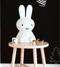 Cette adorable lampe lapin est là pour accompagner vos nuits les plus douces mais pas seulement ! Parfaite dans une chambre d'enfant, elle trouvera aussi très bien sa place pour une touche de déco design dans votre intérieur.