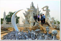 Chiang Rai é a província mais ao norte da Tailândia e bastante conhecida pelo Wat Rong Khun, templo budista e hindu construído com um estilo moderno e pouco convencional, bem diferente das características de outros Templos da Tailandia. A capital da província é a cidade de Chiang Rai, principal base para quem pretende viajar pela região, além de ser caminho para quem pretende cruzar a fronteiro para o Laos em Chiang Thong.