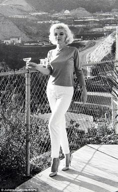 Marilyn Monroe photographed by George Barris on the property of Tim Leimert, Marilyn Monroe 1962, Style Marilyn Monroe, Hollywood Glamour, Classic Hollywood, Old Hollywood, Hollywood Hills, Norma Jeane, Mode Vintage, Mode Style