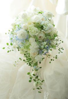 セミキャスケードブーケ 水色をアクセントに 六本木バルコニー&バー様へ : 一会 ウエディングの花