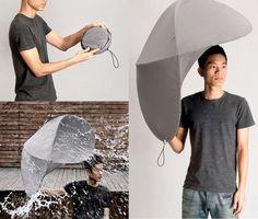 Desde un paragua para dos hasta impermeables transparentes: Revisa los prácticos diseños que protegen de la lluvia  …