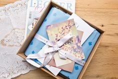 Miabox-April-01 Beautyboxen gibt es mittlerweile einige auf dem Markt, ein neuartiges Konzept verfolgt jedoch die Miabox*. Hier stecken nämlich keine Pröbchen und Sondergrößen drin, sondern ausschließlich hochwertige Produkte in Full Size. Doch damit nicht genug: Obendrauf gibt es einen Gutsschein für eine Verwöhneinheit in einem Kosmetikstudio eurer Wahl