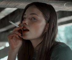 Women Smoking, Girl Smoking, Pretty People, Beautiful People, Alaska Young, Cigarette Aesthetic, Looking For Alaska, Look Girl, John Green