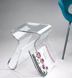 Mesas de centro projetadas  para armazenar todos os tipos de coisas, algumas mesas laterais de sofás e poltronas são projetados especificamente para armazenar revistas.
