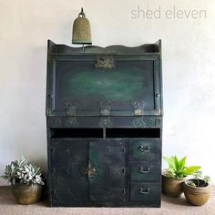 I absolutely love this bureau, painted by Australian duo Jemma and Fanny of @shedeleven! They've given it an industrial-style makeover, completely transforming it with Chalk Paint®. They used Graphite and Amsterdam Green, painting the two colours on to the surface and mixing them as they go - more so in some areas than others. They finished the piece with plenty of Black Chalk Paint® Wax to give it that scrumptious industrial look - an absolute masterclass in my paints and waxes! Have you…
