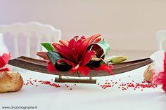 Barques cocos décorées de fleurs fraîches pour illustrer le thème Venise et Romantisme.
