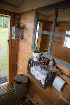 Hylder til ruller og en lille fejekost Outside Toilet, Outdoor Toilet, Outdoor Baths, Outdoor Bathrooms, Outhouse Bathroom, Outhouse Decor, Tiny House Bathroom, Outhouse Ideas, Cottage Toilets