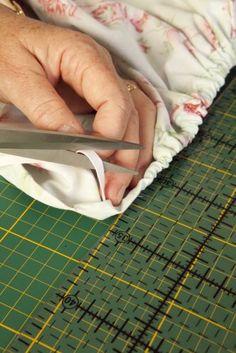 Olá pessoal, bom dia!   Com a vida corrida, nada mais prático que fazer a cama usando o lençol de elástico que se ajusta ao colchão. Aprend...