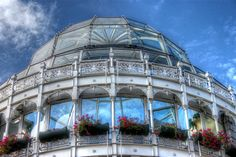 Ostosmahdollisuudet Dublinissa ovat erinomaiset. Kaupungin eteläpuolella sijaitsee Dublinin kuuluisin kävelyostoskatu Grafton Street, ja pohjoispuolella shoppailu keskittyy O'Connell Streetin ympäristöön. Grafton Streetin päässä sijaitsee kaunis Stephen's Green ostoskeskus, jossa kannattaa käväistä jo pelkästään sen ulkonäön vuoksi. Temple Barista löytyy turistikauppojen lisäksi mielenkiintoisia ja erikoisia pikkuputiikkeja. Viikonloppuisin voi koluta Temple Barin marketteja, jotka…
