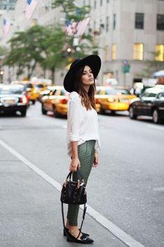 Leggings trendy gestylt mit Bluse, Hut und Loafers