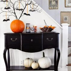 This is Halloween! This is Halloween! Love the pumpkin tree with the bats. Spooky Halloween, Fete Halloween, Holidays Halloween, Halloween Crafts, Happy Halloween, Halloween Decorations, Halloween Table, Halloween Entryway, Halloween 2019