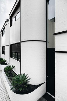 Australian developers Angle and the BuxtonGroup have completed an art-deco inspired residential block in the coast-side suburb of Elwood in Melbourne, with architectural design by Cera Stribley Architects. Facade Design, Architecture Design, Melbourne Architecture, Residential Architecture, Bauhaus, White Brick Walls, Art Deco Buildings, Australian Architecture, Storey Homes