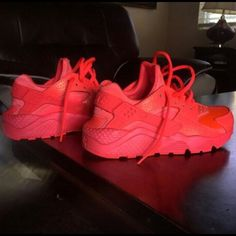 2014 cheap nike shoes for sale info collection off big discount.New nike roshe run,lebron james shoes,authentic jordans and nike foamposites 2014 online. Haraches Shoes, Red Shoes, Cute Shoes, Me Too Shoes, Shoes Sneakers, Shoes Style, Nike Huarache Women, Nike Air Huarache, Slip On Tennis Shoes