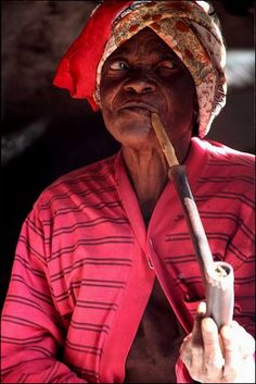 old Xhosa woman smoking pipe People Smoking, Women Smoking, Out Of Africa, East Africa, Xhosa, African Culture, People Around The World, Portraits, Grandmothers