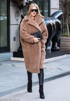 Stepping out: Rosie Huntington-Whiteley made a low key appearance in New York on Thursday afternoon Rihanna Street Style, Berlin Street Style, Model Street Style, Street Style Looks, European Street Style, Italian Street Style, Rosie Huntington Whiteley, Rosie Whiteley, Winter Looks