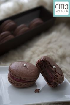 French macaron chocolate and cherry Macaron cerise et chocolat. Repinned by Anges de Sucre. www.angesdesucre.com #angesdesucre