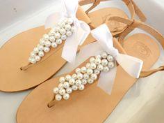 #Ledersandalen mit weißen Perlen & Schleifen - passend zur #Hochzeit