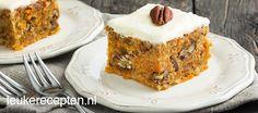 taart met geraspte wortel, stukken pecannoten en een zoete laag roomkaas