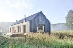 Set next to a lake in southern Finland, the Akerudden Cabin is a simple home at peace with its surroundings. This sense of harmony comes from its construction, which included seven types of lumber: oil-finished spruce for the main structure,...