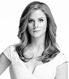 Sarah Rafferty as Donna Paulsen. Donna, executive assistant, is one of the most formidable minds at Pearson Hardman. Read about the character! Donna Harvey, Gorgeous Women, Beautiful People, Sarah Gray, Donna Paulsen, Sarah Rafferty, Suits Usa, Suits Tv Shows, Classy Girl