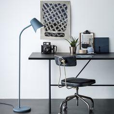 Le lampadaire orientable Me est signé Marten & Jonas en 2015 et édité par la maison Northern Lighting. De couleur bleu mat d'1m30, ce luminaire venu du Nord peut être utilisé en guise de liseuse dans un salon, dans la chambre, bureau.<br> Une lampe à la finesse et pureté d'exception, propage une lumière douce et diffuse. Son bras flexible permettra d'orienter la lumière et l'abat jour à votre convenance.<br><br> L'abat jour est en acier et le corps en métal et silicone. Un interrupteur au…