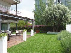 #Exterior #Jardin #Porche #contemporaneo #paisajismo via @planreforma #sillones #muebles de exterior #plantas #arboles #maderadiseñado por Eva Vidal Mateu - Taller de Paisatge - Paisajista