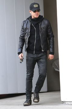 He's Got a Great Sense of Style He's Got a Great Sense of Style,fashion Pin for Later: There's More to Justin Theroux Than His New Wife, Jennifer Aniston He's Got a Great Sense of Style Outfits Brown Leather Jacket Men, Classic Leather Jacket, Vintage Leather Jacket, Lambskin Leather Jacket, Leather Men, Leather Jackets, Rocker Style Men, Rocker Chic, Estilo Cool
