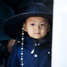 (Song il gook on instagram) 아빠 촬영장 방문했을 때 권오성작가가 찍어 준 사진! 카리스마 밍선비~^^; #송민국 #songminguk