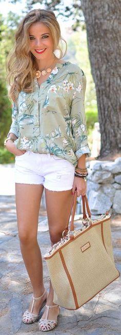 Camisa Floral e Shorts Branco.