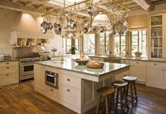 Pot rack hanging from cathedral cieling-| Michael S. Smith Kitchens & Baths - Livraria Freebook