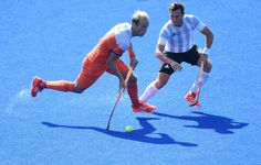 Netherlands' Billy Bakker (L) controls the ball past Argentina's Lucas Vila during the men's field hockey Argentina vs Netherlands match of the Rio 2016 Olympics Games at the Olympic Hockey Centre in Rio de Janeiro on August, 6 / AFP / MANAN VATSYAYANA Olympic Hockey, Rio Olympics 2016, Field Hockey, Rio 2016, Garra, Netherlands, Balls, People, Sport