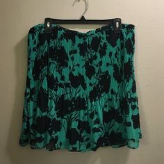"""Green and black pleated skirt by Elle. Size XL Green and black pleated skirt by Elle. Size XL. The skirt measures at 19"""" in length. Never worn. Elle Skirts Midi"""
