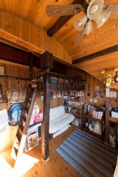 子ども部屋のベッドも、もちろん義則さん作。「ベッドにあがってモノを仕舞える天袋も、秘密基地気分が盛りあがるようです」