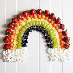 Go for the Rainbow! These Fruit Plates Are Cute and Healthy plato de frutas arcoiris Rainbow Fruit Platters, Rainbow Food, Fruit Dishes, Eat The Rainbow, Fruits Decoration, Fruits For Kids, Colorful Fruit, Tropical Fruits, Beautiful Fruits