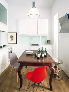 mesa classica de madeira em cozinha moderna