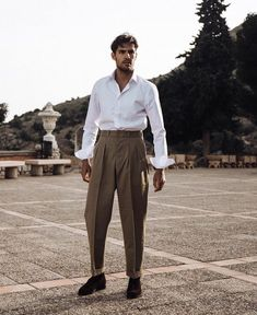 Comment bien s'habiller pour une soirée d'été ? Nos conseils pour homme. High Fashion Men, Mens Fashion, Stylish Outfits, Cool Outfits, Denim Jacket Fashion, Best Dressed Man, White Trousers, Modern Gentleman, Jacket Style