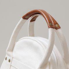 倉敷帆布の丸型トートバッグ Sサイズ 生成り MTD20ECR Diy Garden Decor, Donna Karan, Leather Handle, Bag Making, Bucket Bag, Handbags, Tote Bag, Detail, Leather Crafts
