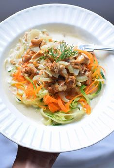 Makaron warzywny z kurkami i serem pleśniowym - MniamMniam.pl Japchae, Spaghetti, Ethnic Recipes, Fit, Shape, Noodle